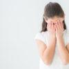 心ない対応に悲しむ女性の様子