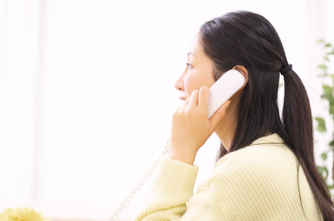 電話でお問合せをするミセス