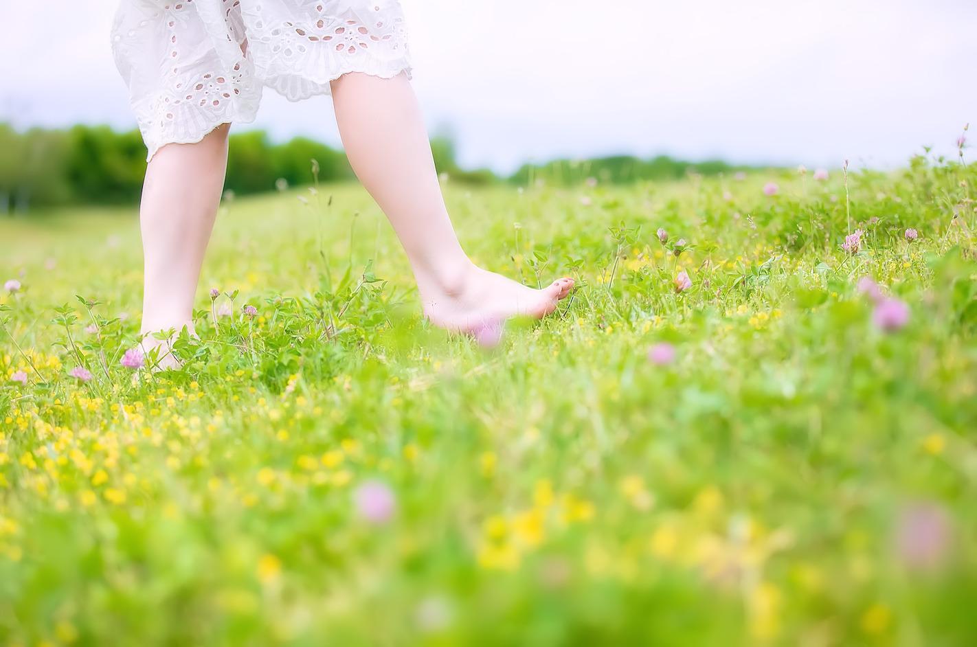 一歩踏み出している女性のイメージ