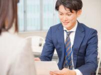 社内面接を受ける男性社員